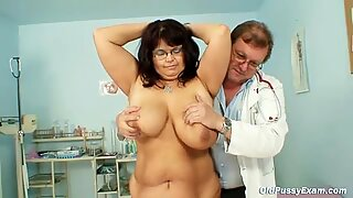 Femme mûre daniela fait vérifier ses énormes seins par gyno médecin