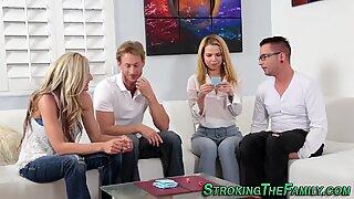 Stepmom und Teenie bekommen Sperma
