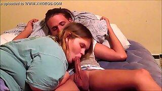 Teini-ikäinen tytöt suutelu hot up skrit playing with fellatio mälli swallowing beibit