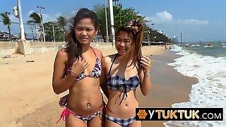 Deltag i denne sexede trekant med to Asiatisk Teenagere og en pervert turist efter en dag på strengen!