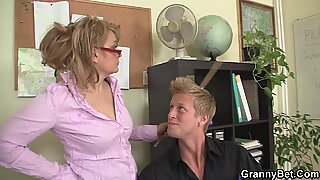 Er fickt die ungehogenreif Büro Frau