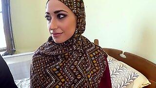 Wanita Arab di Hijab berhubungan seks dengan pria besar
