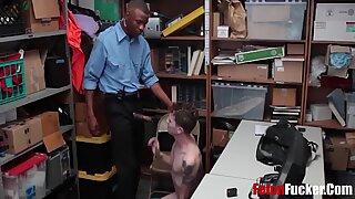 Chaque voleur à l'étalage a un policier homosexuel de la BBC qui attend de le punir