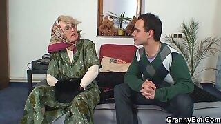 Einsame alte Großmutter erfreut jungen Kerl