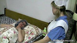 Nenek dan abg main memek di tempat tidur