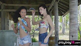 Tanara cu piele de palide și-a dezbrăcat și o mângâie prietena asiatică