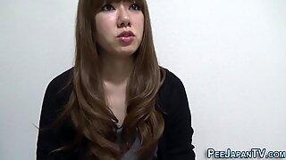 Asiatisk pissande i toalett