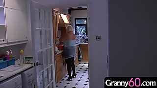 Бака долази дом из дана куповине и у кући проналази младог маскираног уљеза!