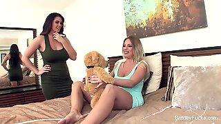 Britney & alison turun dengan boneka Beruang yang bergetar