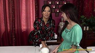 Stedmor giver lesbisk massage til en teenager