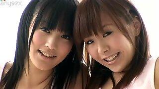 Adisischer Cutie Yuri Hamada und ihre Teenie-Freundin in Bikinis