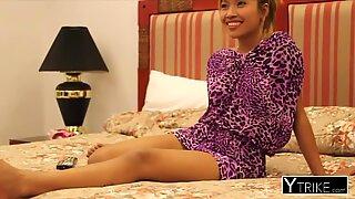 Petite Brunette Thai Mädchen hart in POV von einem Großer Schwanz gefickt