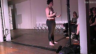 Meg Foley kysyy yleisöä paljastamaan hänen rasvaiset tissit