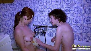 Oldnanny Großmutter hat Spaß in der Badezimmer