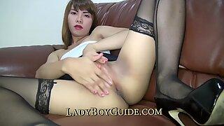 Transexualul tailandez se masturbează pentru deliciul tău