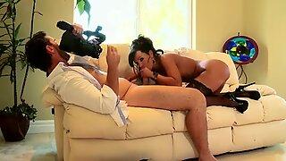 Bootylicious Brunette Lisa Ann Rides Diller på Hjemmelavet Hjemmevideo