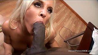 Courbée maman salope Alexis Golden suce et baise une grosse queue noire