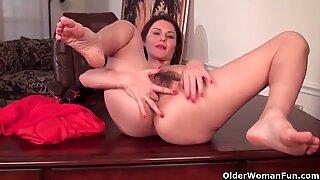 Sexy Milf mit Großen Titten arbeitet ihre Haargütermuschel