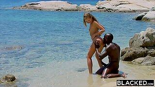 Blacked Stærkt Sorter mand Fucks Blondines Turist på Strand