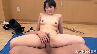 Ruka Kanae menikmati menggeser payudaranya di atas titit keras