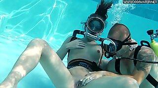 Kuuma suihinotto uima-altaan äärellä