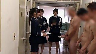 Des gardiennes chinoises supervisent la collection de crème-homme (censurée)
