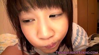 Japonais écolière doigtée avant fellation