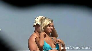 Eksibitionisti tyttö alasti rannalla